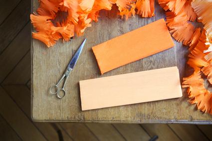 Solo tienes que cortar tiras de papel crepé y a esas tiras tienes que realizarles flecos. Con las siguientes imágenes podrás ver detalladamente el paso a