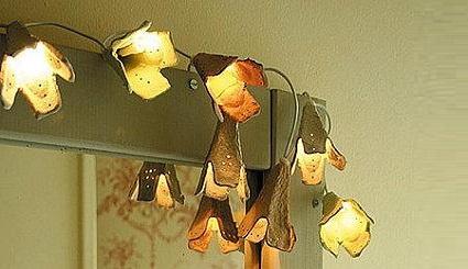 Vamos a necesitar un cartón de huevos, tijeras y lamparitas LED (esas