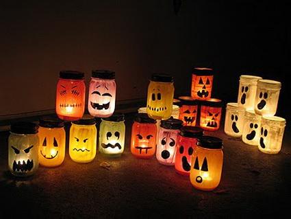 Botes de cristal para Halloween con una vela adentro