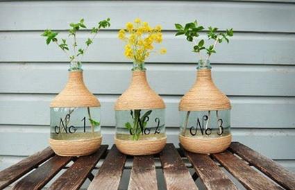 Floreros con botellas e hilo sisal