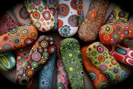 Patrones pintados sobre piedras